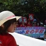 【女性のデモ】6月20日赤い衣装に身を包んだ女性5000人が国会を取り囲む。安倍政権が成立を目指す「戦争法案(by毎日新聞)」への反対を訴えた。