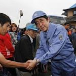 安倍総理が熊本を視察。握手時にカメラ目線&被災者に「応援してます」の他人事で本気度を疑う声も