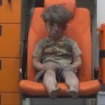 【世界中で拡散】シリアで空爆被害を受けた男の子の映像