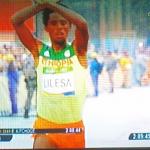 【命がけの訴え】男子マラソン2位のリレサ選手がゴール前、両手でバツ印を作っていた理由「私はエチオピアに戻れば殺されるだろう」
